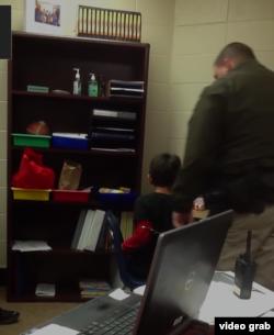 萨姆纳警官(Kevin Sumner)与S.R.(ACLU视频截图)
