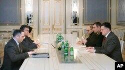 Ukraine's President Viktor Yanukovych, second left, talks to opposition leaders Oleh Tyahnybok, first right, Vitali Klitschko, second right, and Arseniy Yatsenyuk, third right, in Kyiv,Jan. 27, 2014.