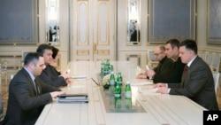 Presiden Ukraina Viktor Yanukovych (dua dari kiri) saat bertemu dengan pemimpin oposisi Oleh Tyahnybok (paling kanan), Vitali Klitschko (dua dari kanan) dan Arseniy Yatsenyuk (tiga dari kanan) di Kyiv (27/1).