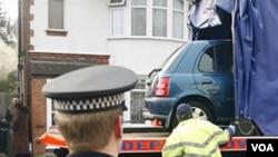 Polisi Inggris mengangkut sebuag mobil milik Taimour Abdulwahab, tersangka pembom Stockholm, di kawasan Luton, Inggris.