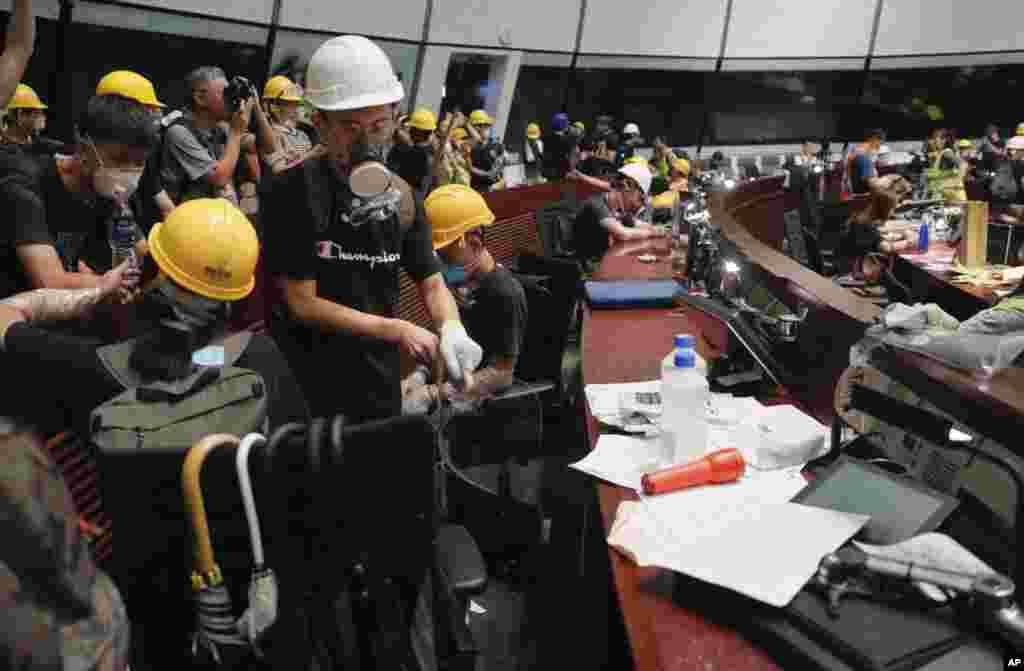 کارگران معترض هنگ کنگی روز دوشنبه چند ساعتی پارلمان این کشور را اشتغال کردند.