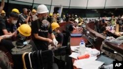 衝入香港立法會的抗議者。(2019年7月1日)
