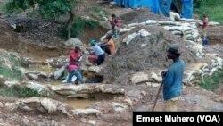 Bato bazali kotimola makelema wolo na Chanda mpe Kamituga na Sud-Kivu, le 23 mars 2017. (VOA/Ernest Muhero)