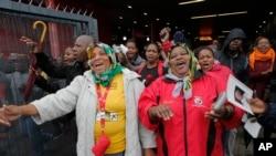 مردم در حال آواز خواندن و رقصیدن وارد استادیوم محل برگزاری مراسم یادبود نلسون ماندلا می شوند - ۱۰ دسامبر ۲۰۱۳