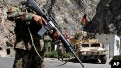 دغه لار وروسته له هغې د امنیتي ځواکونو له خوا د ترافیکو پر مخ تړل شوې، چې وسلهوالو طالبانو د شاه ولیکوټ او د اروزګان ترمنځ سیمو کې ماینونه ځای پر ځای کړل.