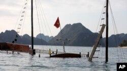 ເຮືອນໍາທ່ຽວທີ່ຈົມນໍ້າ ໃນອ່າວ Ha Long Bay ທີ່ຫວຽດນາມ.