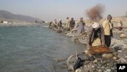 ولسوالی درقد یکی از ولسوالیهای ولایت تخار درکنار رود آمو میباشد که باشندهگان با کشتیهای کوچک به این ولسوالی رفت وآمد میکنند