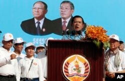 FILE - Cambodia's Prime Minister and President of Cambodian People's Party (CPP) Hun Sen delivers a speech to his supporters during the last day of campaigning for the June 4 commune elections on the outskirts of Phnom Penh, Cambodia, Friday, June 2, 2017. (AP)