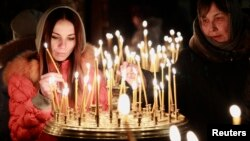 Dân chúng ở Kyiv đốt nến trong buổi thánh lễ hôm Chủ nhật 23/2/14