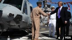紐約商人川普2009年5月21日登上海軍硫磺島號軍艦參觀(美國海軍照片)