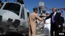 Donald Trump, président et chef de la direction de l'organisation Trump, visite le pont d'envol du navire d'assaut amphibie USS Iwo Jima lors de la Semaine de la flotte à New York City, le 21 mai 2009.