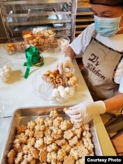Agnes Zigmund mempersiapkan kue-kuenya ke dalam wadah. (Foto courtesy)