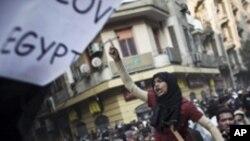 조속한 군부 퇴진을 요구하는 이집트 시위대