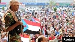 Seorang tentara separatis mengawasi demonstrasi anti pemerintah di kota Aden, Yaman (28/1).