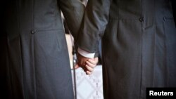 Um casal de homens na cerimónia do seu casamento
