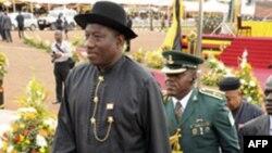 Tổng thống Nigeria Goodluck Jonathan (trái)