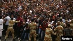 Des manifestants protestent pendant l'Irreecha, le festival d'action de grâces du peuple Oromo, dans la ville de Bishoftu, région d'Oromia, Ethiopie, 2 octobre 2016.