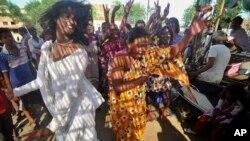 성전환자들을 제3의 성으로 법적 인정한 인도 대법원 앞에서 15일 성전환자들이 춤을 추고 있다.