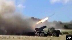 Bức ảnh trích từ video được cho là các lực lượng trung thành với Tổng thống Syria al-Assad pháo rocket vào thành phố Homs