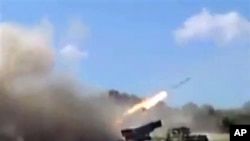 Hình ảnh từ đoạn video cho thấy lực lượng trung thành với Tổng thống Bashar Assad bắn rocket đến Homs, Syria, 15/7/2013