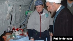 دیدار حسن روحانی از مصدومان زلزله، بیمارستان صحرایی امریکایی، بم، ۱۳۸۲