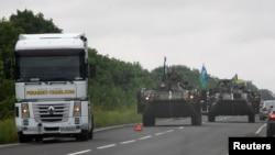 Xe bọc thép của quân đội Ukraine đi tuần ở khu vực Donetsk, 18/8.2014.