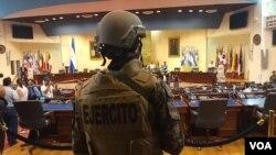 """Amnistía Internacional alertó sobre el despliegue de las fuerzas de seguridad, mientras que la Unión Europea llamó a resolver la situación de """"forma satisfactoria y pacífica"""". Foto Enrique López/ VOA El Salvador."""