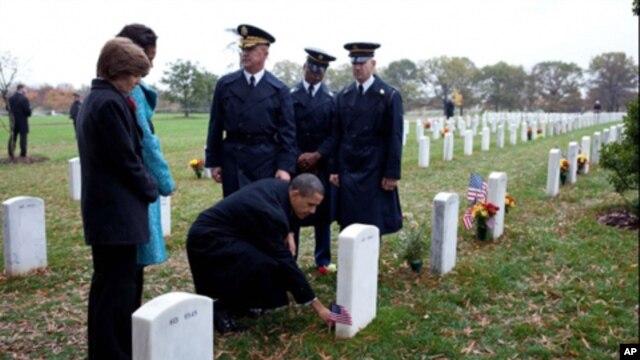 奥巴马总统在退伍军人日参拜阿灵顿国家公墓
