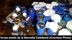 Lực lượng Hải quân Pháp xử lý những thùng phuy chứa hải sâm tìm thấy trên tàu cá Việt Nam đánh bắt trái phép trong vùng biển của lãnh thổ hải ngoại New Caledonia thuộc Pháp, ngày 6 tháng 1, 2017. (FANC)