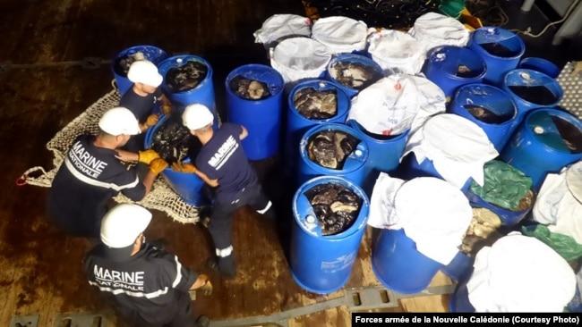 Lực lượng Hải quân Pháp xử lý những thùng phuy chứa hải sâm tìm thấy trên tàu cá Việt Nam đánh bắt trái phép trong vùng biển của lãnh thổ hải ngoại New Caledonia thuộc Pháp, ngày 6 tháng 1. 2017. (FANC)