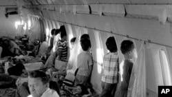 Trên một chuyến bay của chương trình Operation Babylift, 1975. (AP Photo/File)