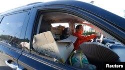 16일 개성공단이 재가동에 들어간 가운데, 남측 차량이 짐을 가득 싣고 파주시 남북출입사무소를 통과하고 있다.