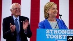 Senator Bernie Sanders (kiri) mengumumkan dukungan resmi terhadap pencalonan Hillary Clinton, di New Hampshire, Selasa (12/7).