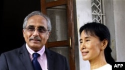 Nhà lãnh đạo đấu tranh cho dân chủ của Miến Ðiện Aung San Suu Kyi (phải) và Ðặc sứ Liên hiệp quốc Vijay Nambiar