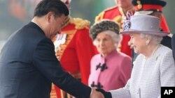 2015年10月20日英国女王伊丽莎白二世(右)迎接中国国家主席习近平