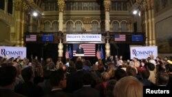 Kandidat capres partai Republik dan mantan gubernur Massachusetts Mitt Romney menyampaikan pidatonya di Milwaukee, Wisconsin (3/4).