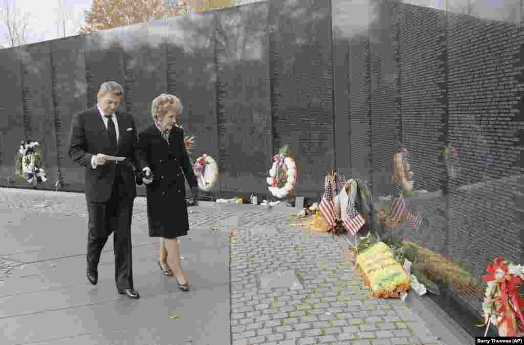 Рональд Рейган із дружиною біля Меморіалу ветеранів у Вашингтоні, 1988 р.