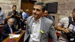 Menteri Keuangan Yunani yang baru, Euclid Tsakalotos, tiba dalam pertemuan dengan anggota parlemen dari Partai Syriza di Athena (10/7).