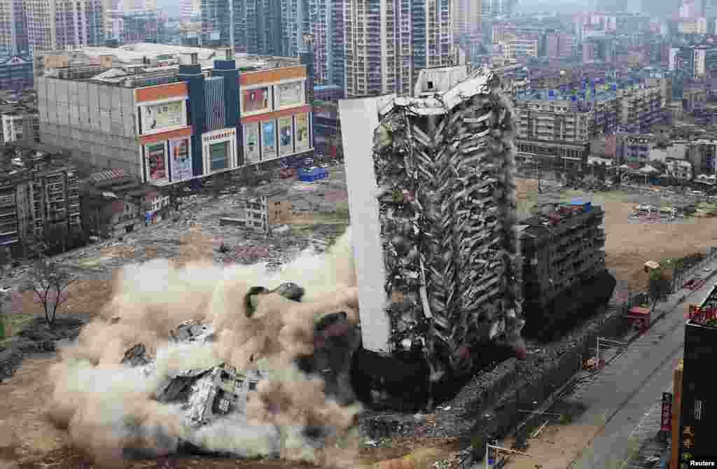 HotelYinfeng di Wuhan, Hubei, China, saatdiledakkan dengan bahan peledak.