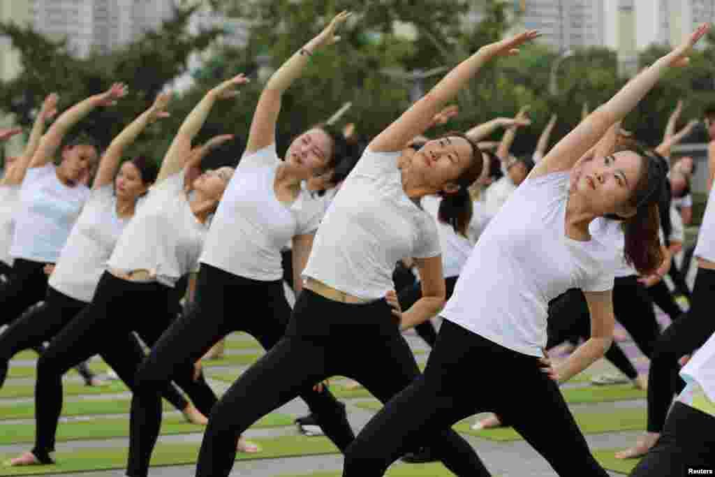 2018年6月17日,中国湖北襄阳,妇女练习瑜伽。在中国,瑜伽正成为一种时尚潮流,尤其深受一些年轻人喜爱。中国大中城市瑜伽训练班的普及程度以及人数之多,使得印度媒体惊呼:瑜伽已成为印度软实力的先锋,正逐渐渗透到中国人日常生活中。