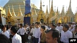 Bà Aung San Suu Kyi và con trai Kim Aris đến viếng chùa Shwedagon