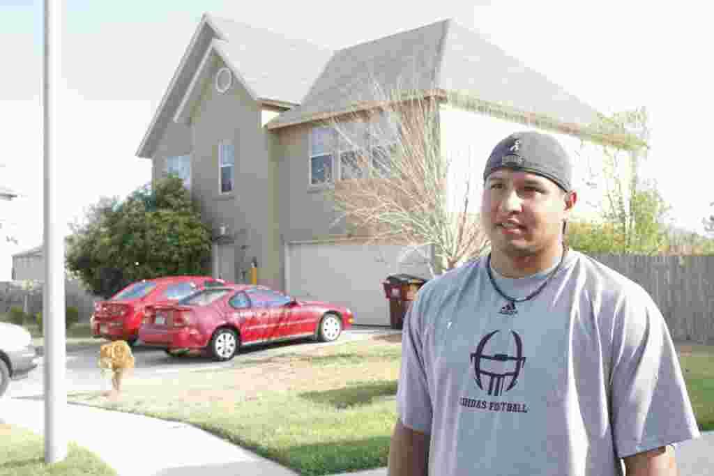"""""""کریس اِل کوئیست """" ۳۳ ساله و همسایه منصور ارباب سیار در شهر """"راوند راک"""" در ایالت تکزاس است. این عکس روز سه شنبه برداشته شده است."""