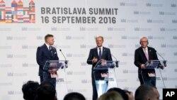 欧洲理事会主席图斯克(中)与欧盟委员会主席容克(右)和斯洛伐克这里菲乔在布拉迪斯拉发出席欧盟峰会。(2016年9月16日)