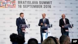 歐洲理事會主席圖斯克(中)與歐盟委員會主席容克(右)和斯洛伐克總理菲喬在布拉迪斯拉發出席歐盟峰會。 (2016年9月16日)