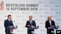 Chủ tịch Hội đồng châu Âu Donald Tusk (giữa) tham gia họp báo cùng Chủ tịch Ủy ban châu Âu Jean-Claude Juncker (phải) và Thủ tướng Slovakia Robert Fico tại hội nghị thượng đỉnh châu Âu ở Bratislava, ngày 16 tháng 9 năm 2016.