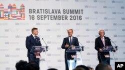 Slovački premijer Robert Fico, predsednik Evropskog saveta Donald Tusk, predsednik Evropske komisije Žan-Klod Junker na završetku samita u Bratislavi.