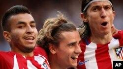 Antoine Griezmann, au centre, célèbre son but avec ses coéquipiers Filipe Luis, à droite, et Correa, à gauche, lors d'un match de football de la Liga espagnole entre le Real Madrid et l'Atlético de Madrid au stade Sant