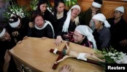 Người thân của nạn nhân Bùi Thị Nhung khóc bên quan tài của cô trong tang lễ tại nhà ở tỉnh Nghệ An, Việt Nam, ngày 30 tháng 11, 2019.