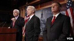 Komisi Angkatan Bersenjata Senat Amerika (dari kiri) : Senator John McCain, Senator Joseph Lieberman, dan Senator Lindsey Graham (foto: dok).