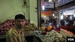 Vijay Kumar, seorang penjual sayur di pasar INA, New Delhi, India, menunggu pembeli, Senin (4/4).